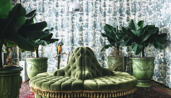 GF_Grande_Suite_1_round_sofa_pottery_from_Anduze_parrots_from_Deyrolle_standing_lamp_Arco_Flos_53880