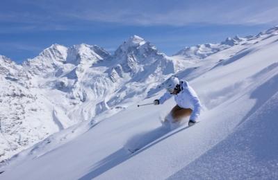 ENGADIN ST. MORITZ: Skifahrer im Skigebiet Corvatsch