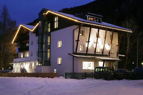 hotelansicht_bei_nacht_valluga_hotel
