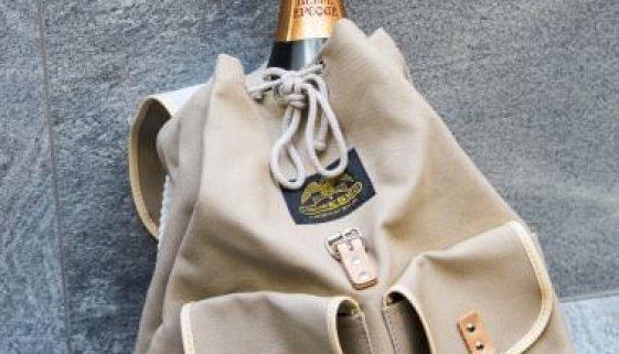 champagnerflasche_im_rucksack_hotel_nidum